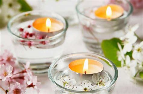candele con fiori centrotavola fiori casalinghi come realizzare un