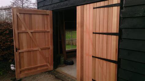 schuur bouwen hout geraamte 11 schuurdeur plaatsen - Schuur Deur
