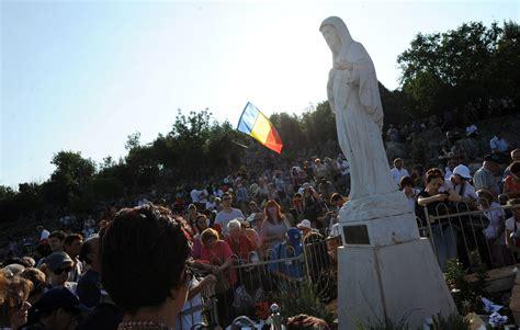 madonnina di medjugorje si illumina la statua della madonna si illumina sospetti sulla