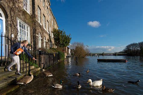 river thames bursts  banks  west london  high tides
