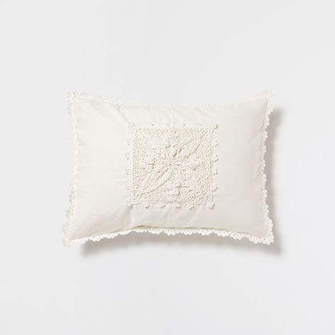 almohadas zara coj 237 n lino y crochet cojines decoraci 243 n zara home
