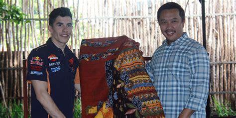 Kain Batik Bola Coklat menpora hadiahi marquez dan pedrosa kain batik bola net