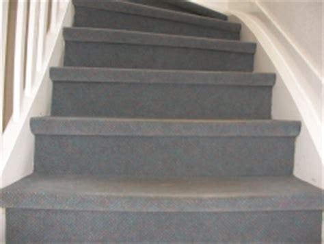 Holztreppe Grau Lackieren by Stufen Einer Holztreppe Mit Teppich Belegt