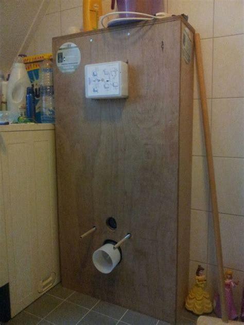 achterwand toilet betegelen kitten en voegen ombouw zwevend toilet