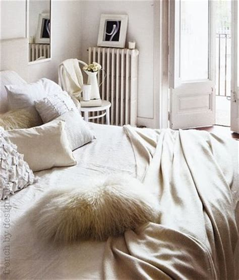 Merveilleux Chambre Beige Et Blanc #4: chambre-blanc-et-beige-coussins-coteon-et-fourrure-jete-de-lit-flanelle-beige.jpg