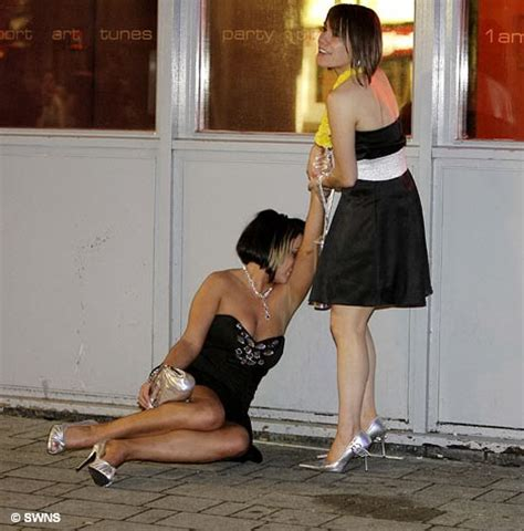 going to the bathroom naked hilarious pics of girls being drunk and passed out