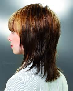 front and back views of medium length hair halflange gelaagde haarsnit die de vorm van het hoofd