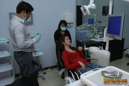 Untuk Pemutihan Gigi kapanlagi marcia di dental aesthetic clinic dokter dan sang asistennya telah