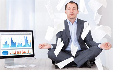 tutorial yoga en la oficina aprende a estar concentrado en el trabajo emprendedorestv