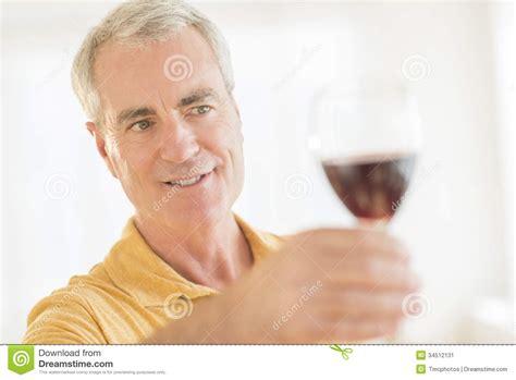 brustmuskeltraining zu hause mann mann der zu hause rotes weinglas r 246 stet stockbild bild