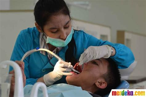 Kursi Periksa Dokter Gigi foto periksa gigi di bulan kesehatan gigi nasional