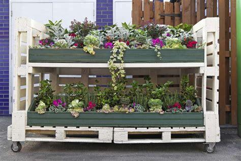 giardino fiorito gioco arredare un giardino con materiale di recupero foto
