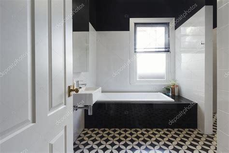designer badkamer renovatie zwart wit vloer tegels horizon stockfoto  jodiejohnson