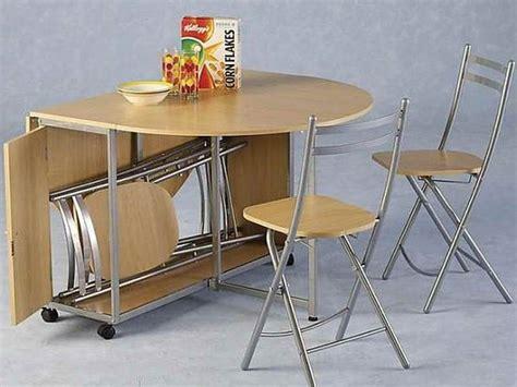 Mesa de cocina pequeña con sillas plegables :: Imágenes y