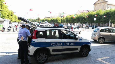 polizia municipale porto recanati guida senza patente scappa all alt fermato e denunciato