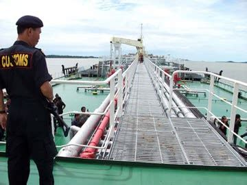 wwww cek bea cukai selidiki pemilik kapal terlibat quot kencing minyak quot