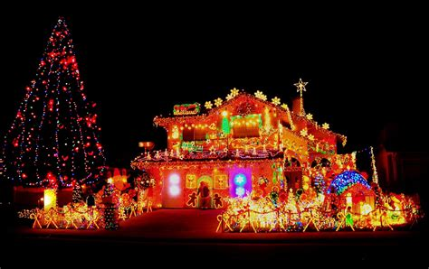 homes with christmas decorations 25 christmas decorated houses that were clearly done by