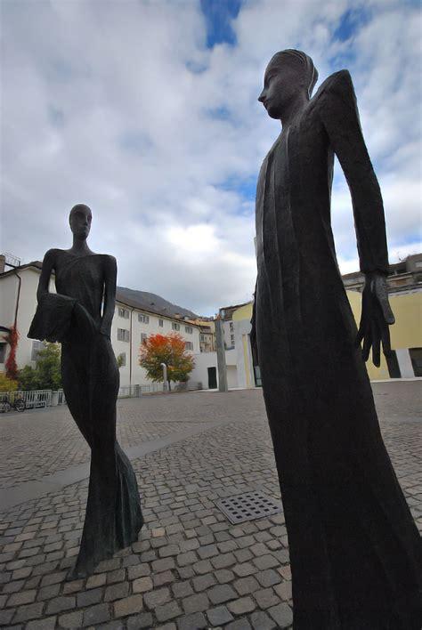 sede vescovile bolzano kuss hildegard adelheid statue davanti alla