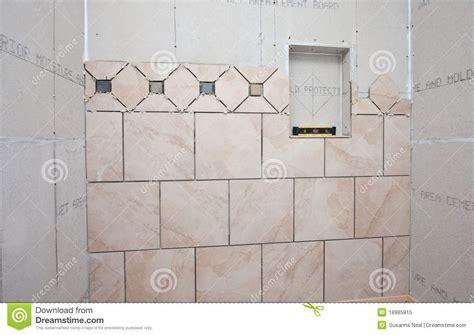 nel bagno installazione delle mattonelle nel bagno immagine stock