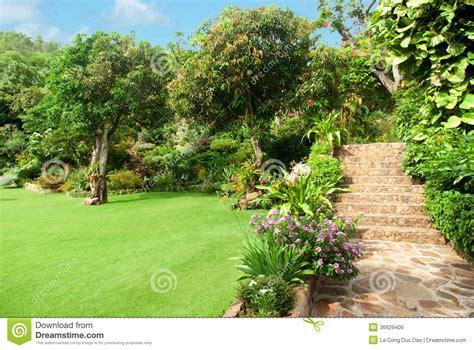 dans le jardin de am 233 nagement en pierre naturel dans le jardin avec des