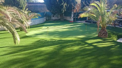 pose d un putting green synth 233 tique 224 dans un jardin