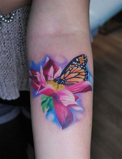 tatoo fiori fiore realistico con farfalla by ink