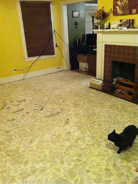 pavimento stato fai da te ricoprire un pavimento con pagine di libro