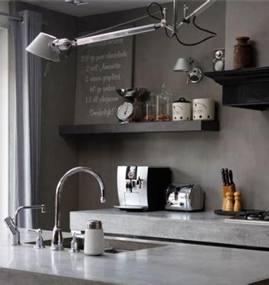 Attrayant Meuble Peint Couleur Taupe #1: couleur-cuisine-mur-taupe-et-chocolat-plan-de-travail-gris-brillant.jpg
