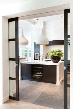 s駱aration vitr馥 entre cuisine et salon int 233 rieur appartement moderne d inspiration scandinave 224