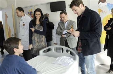 imagenes orando por enfermos iker casillas visita a los ni 241 os enfermos de m 243 stoles
