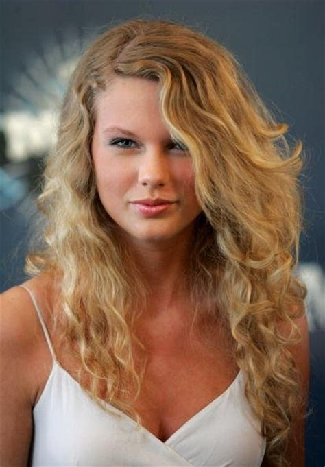 how does rena in nashvile curl her hair taylor swift wore her naturally curly hair with little to