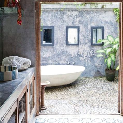 how to get out of a bathtub 25 best ideas about outdoor bathtub on
