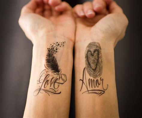 tattoo handgelenk tattoo schriften handgelenk feder fingerabdruck
