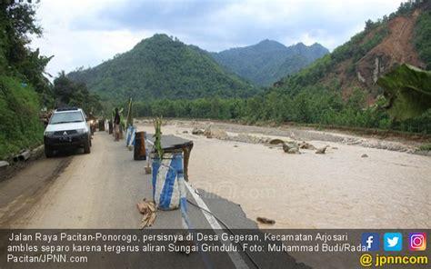 Lu Jalan Raya digerus banjir jalan raya pacitan ponorogo tinggal separo