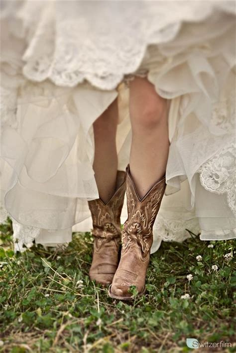 braut diät cowboy boots on a bride love fall wedding trends via