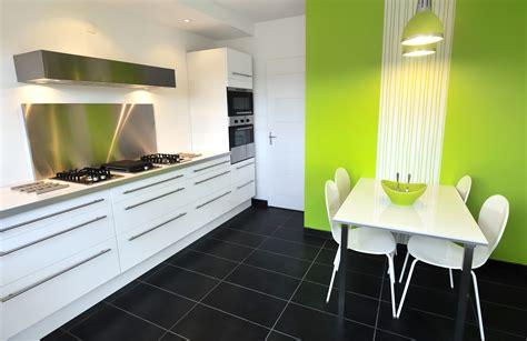 akzent wand küche welche farbe passt zu weiss und grau