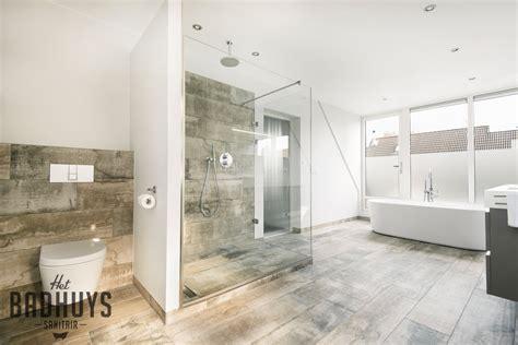 badkamer bad en inloopdouche ruime badkamer met vrijstaand bad en inloopdouche