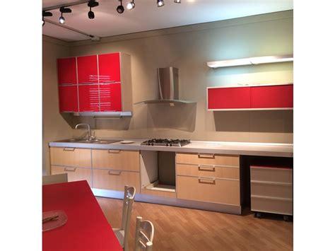 Cucina E Rossa by Cucina Rossa E Rovere Chiaro Moderna Lineare Lipari Di