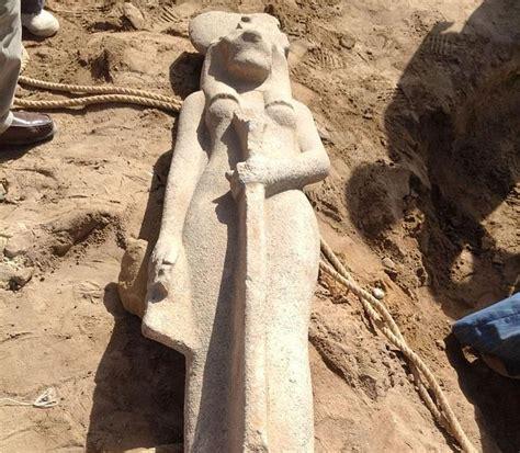 imagenes estatuas egipcias hallan una estatua de una diosa de hace m 225 s de 3 000 a 241 os