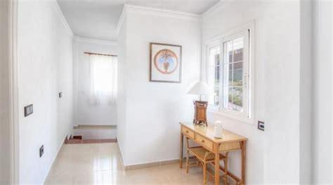 decorar pasillos largos sin luz trucos para pintar un pasillo estrecho y sin luz