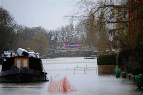 river thames update live flooding updates for reading wokingham and