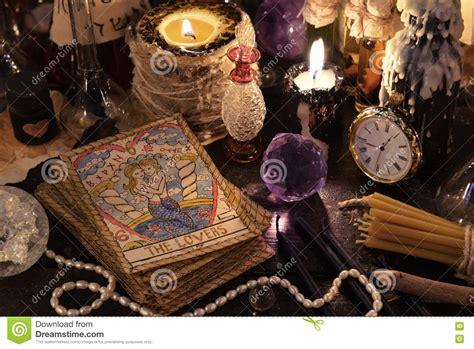 magia con le candele le carte di tarocchi con il cristallo le candele e gli