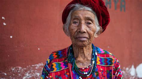 imagenes de mujeres indigenas mujer ind 237 gena de guatemala con traje t 237 pico 233 tnico