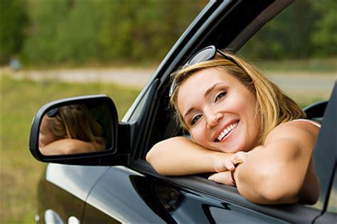 Autoversicherungen Test 2016 by Junge Frau Im Auto Gute Autoversicherung Inkl
