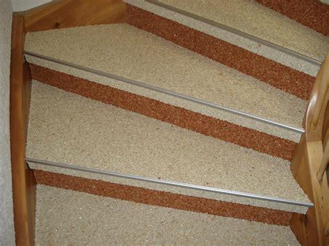 Steinteppich Auf Holztreppe by Treppen Steindesign Kieselbeschichtung Steinteppich