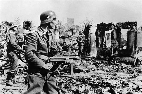 ww2 german soldiers fighting german troops involved in street fighting in the