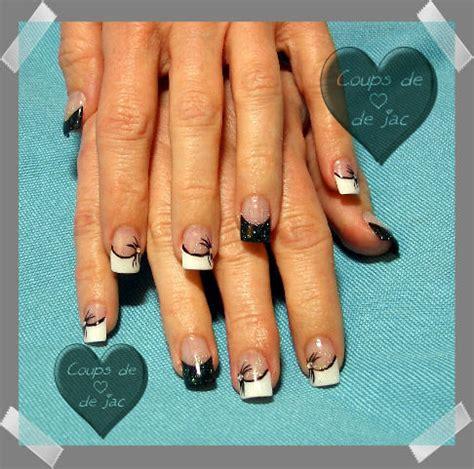 prothese ongle fantaisie blancs et noirs avec dessin photo de ongles coups de