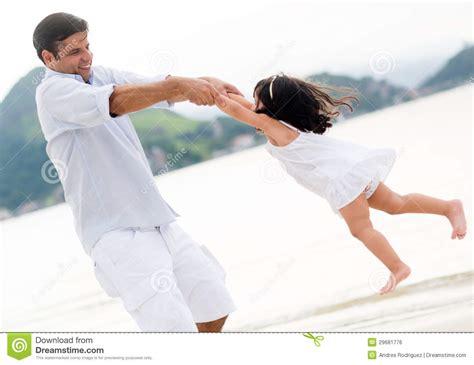 papa coge con su hija pap 225 que juega con su hija imagen de archivo libre de