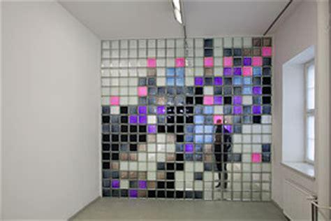 wand aus glasbausteinen situation room