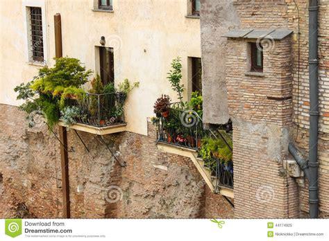 haus mit fensterläden malerisches italienisches haus mit blumen auf den balkonen